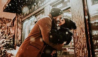 Zwei Personen im Schnee in Gstaad