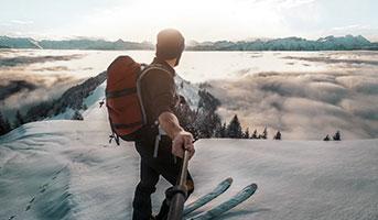Mann auf Skiern in der Natur