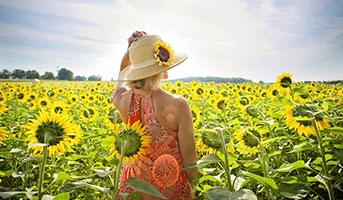 Frau mit Sonneblumen