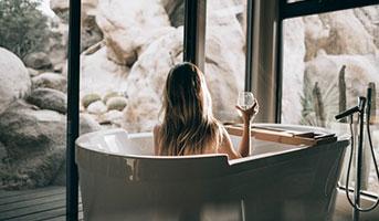 Frau beim Wellness in einer Badewanne