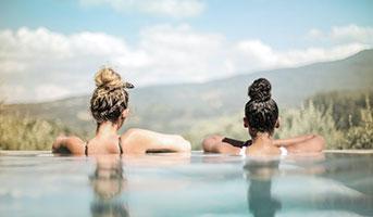 Frauen im Pool