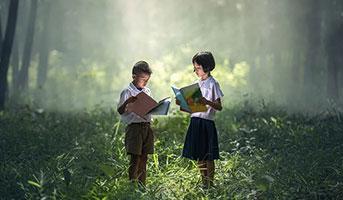 Kinder mit Buch