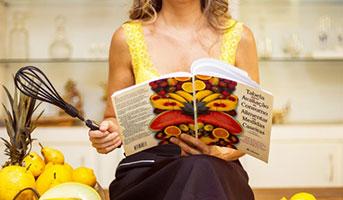 Frau mit Kochbuch