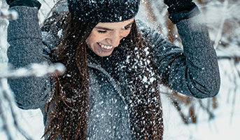 Frau im Winter im Schnee