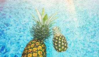 Ananass im Pool