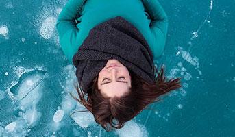 Auf Eis liegende Person