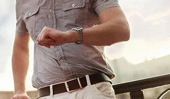 Mann mit Armbanduhr