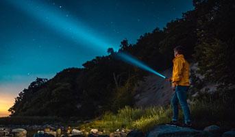 Mann mit Taschenlampe