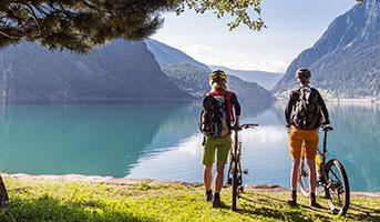 Velofahrer in der Schweiz an einem See