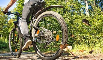 Mann auf E-Bike