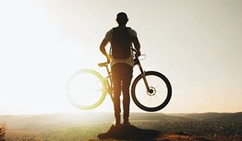 Mann mit E-Bike