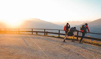 Wanderer auf einer Strasse im Sonnenuntergang