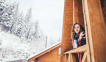 Frau in Eco Lodge