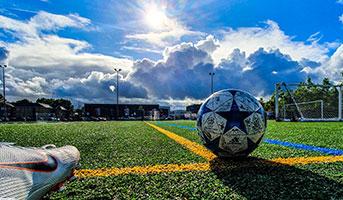 Fussballschuh und Fussball