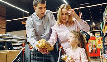 Familie beim Einkaufen