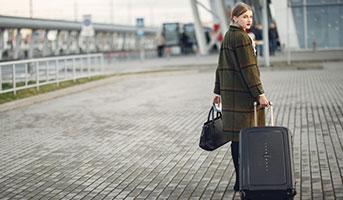 Frau mit Handgepäckkoffer