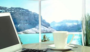 Kaffee und Aussicht auf einen See