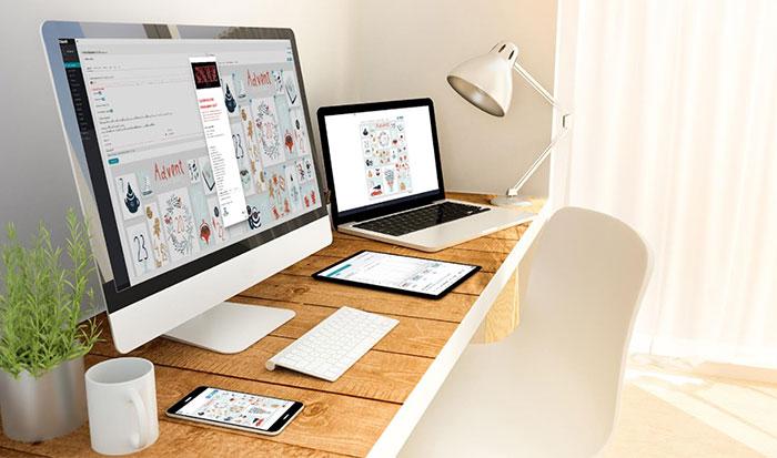 Bürotisch mit Computer und Homeoffice Arbeitsplatz